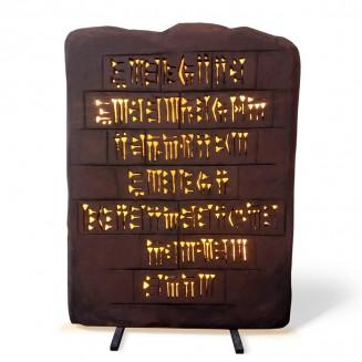 Tablilla  de barro gigante, con  escritura cuneiforme retroiluminada.